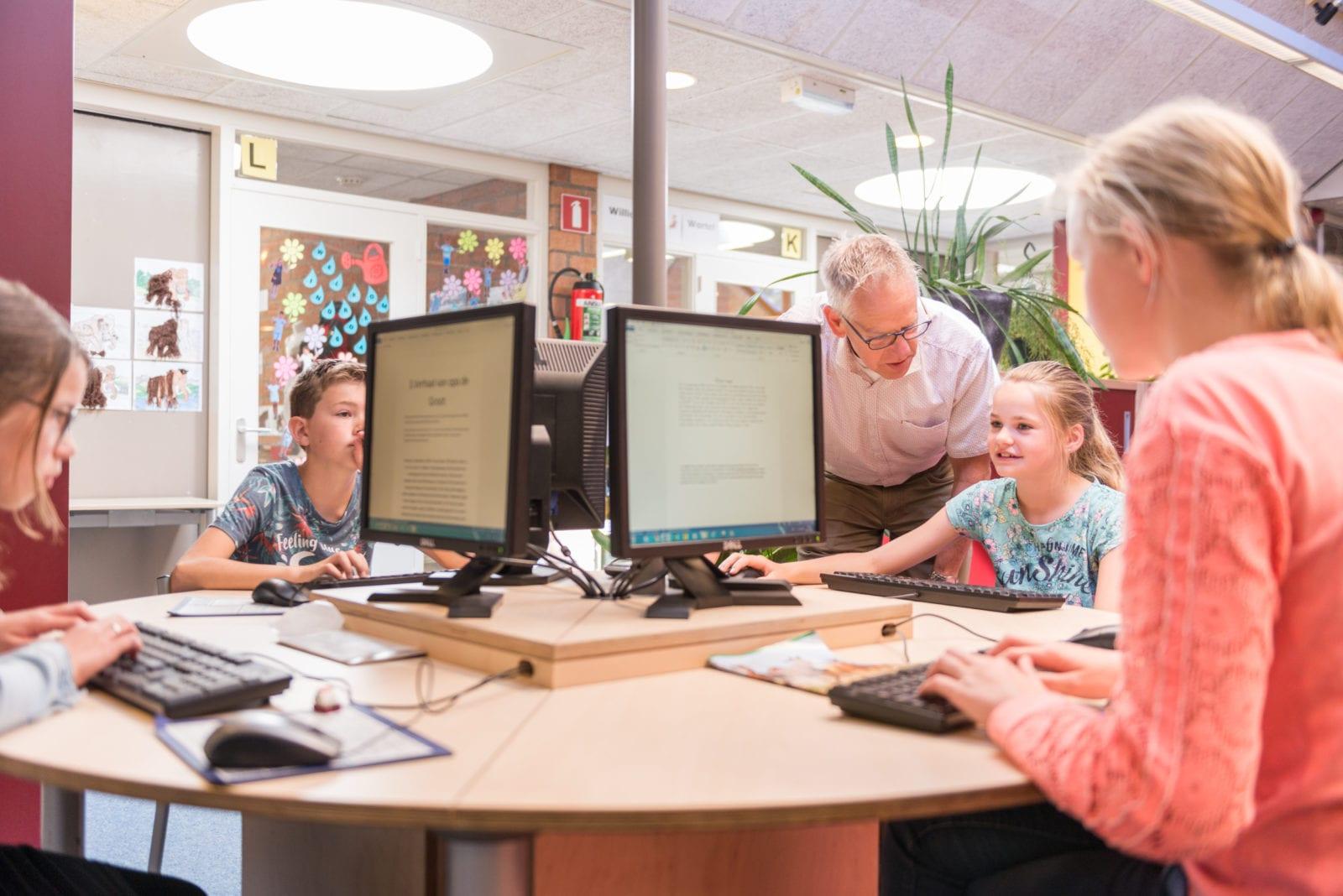 computer werkplekken op school met internetverbinding