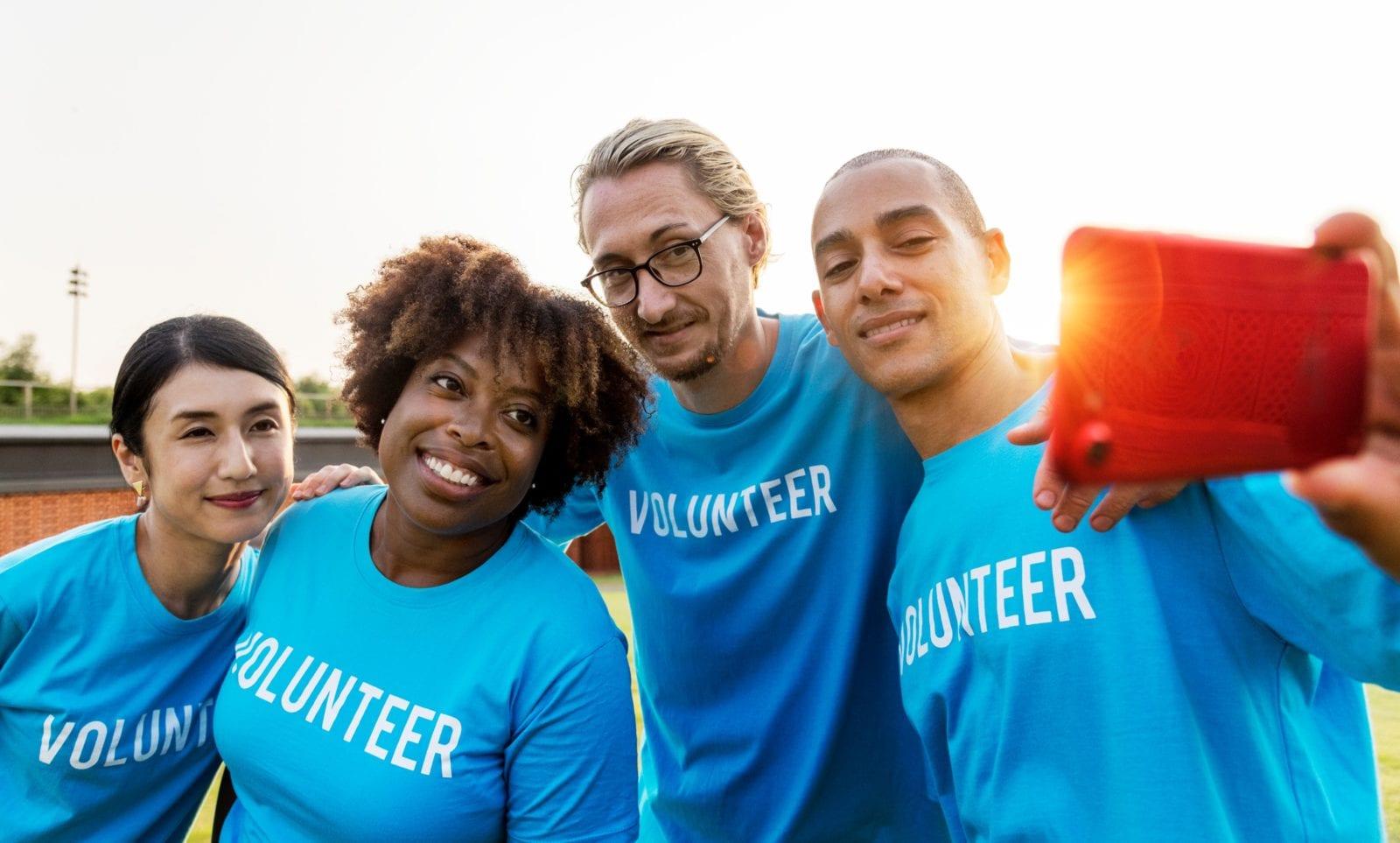 Vrijwilligers die foto maken met smartphone