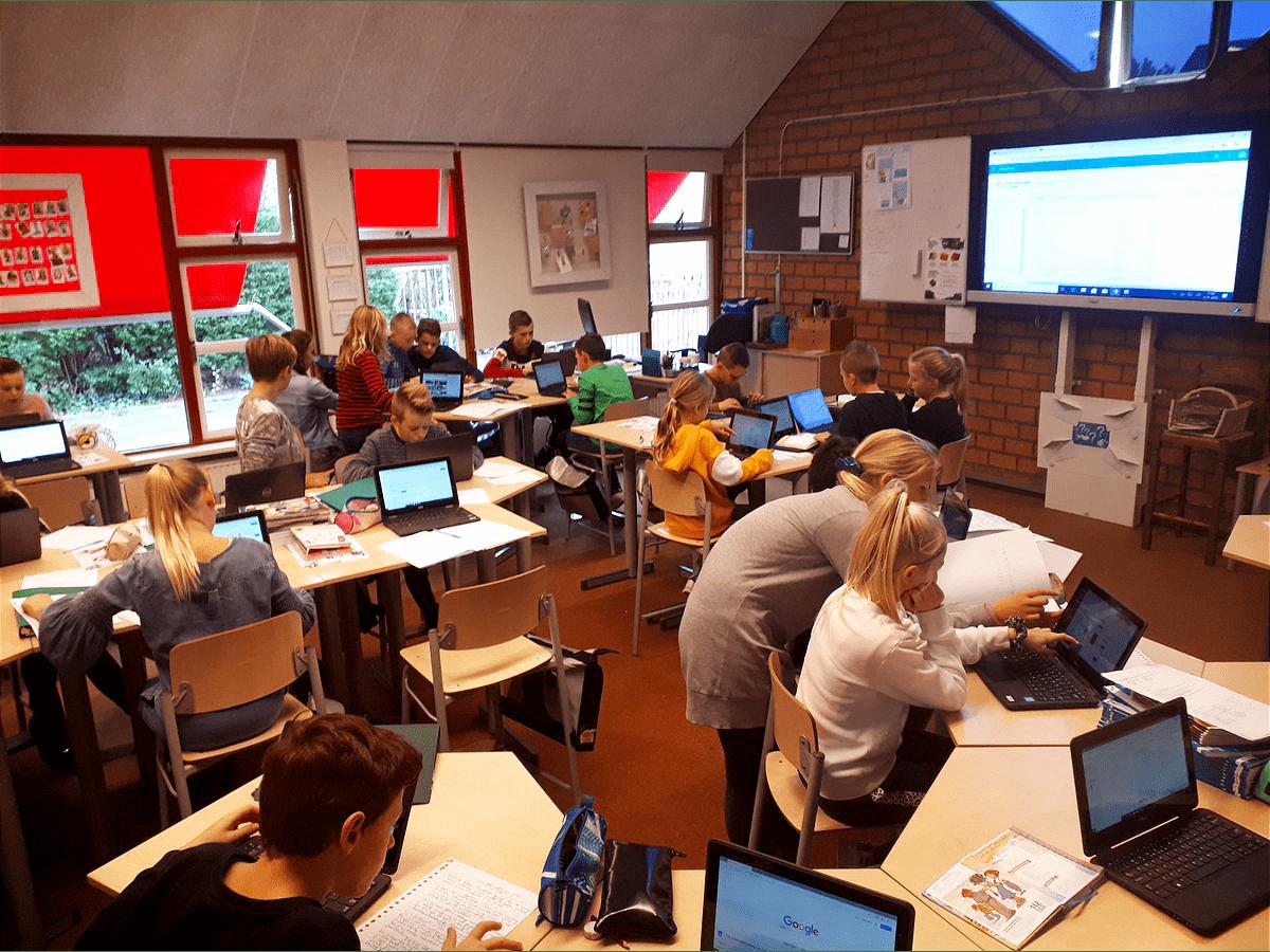Kinderen van basisschool De Schakel uit Nieuw-Lekkerland werken met hun nieuwe laptops
